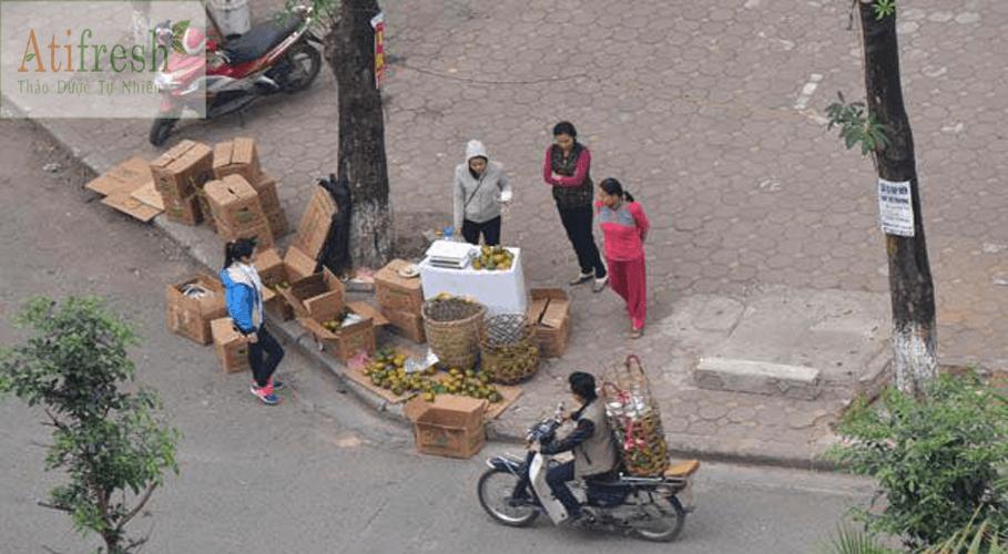 Sơn nữ người Tày tìm cách bán cam cho nông dân quê mình