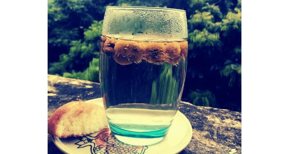 Thưởng thức trà hoa Cúc với bánh ngọt